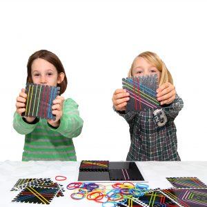 Foto: 2 Kinder zeigen das Haargummispiel