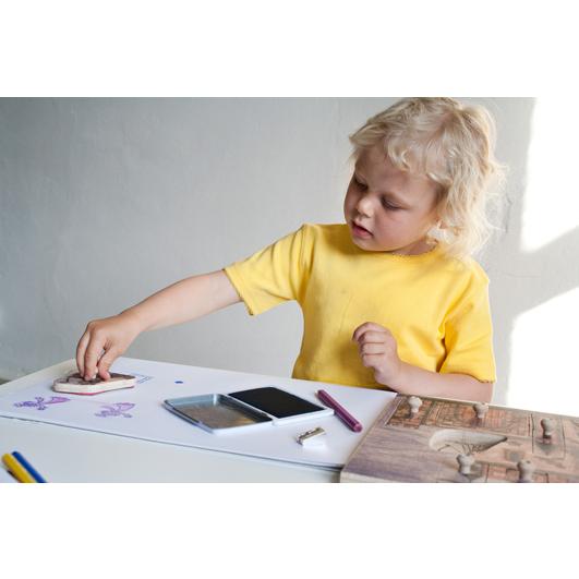 Foto: Kind stempelt mit Ritterstempelpuzzle