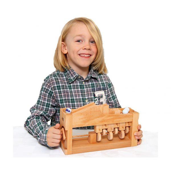 Foto: Kind kurbelt an Kugeltreppe aus Holz