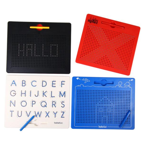 Vier verschiedene Varianten der Magnetzeichentafel: rot, schwarz, blau, und weiß mit Alphabet
