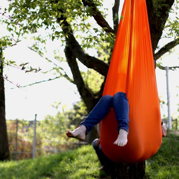 Foto: Kind liegt in Erlebnistuch von Le Bonbond, das an einem Baum hängt