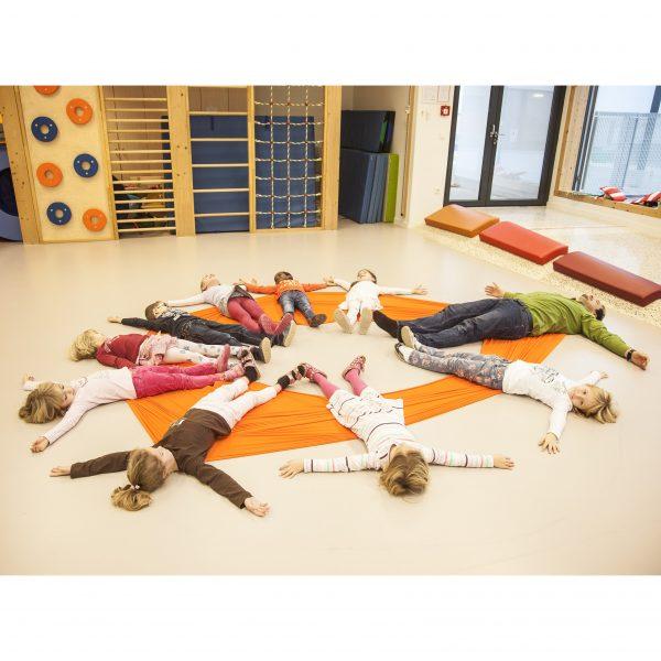 Foto: Kinder im Turnsaal machen Übung mit Erlebnistuch