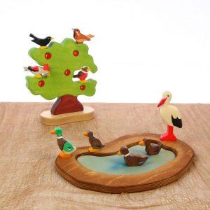 Holzfiguren: 1 Baum, 1 Teich, 9 Vögel