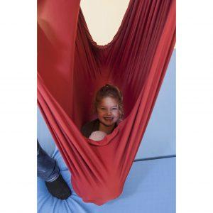 Foto: Kind sitzt im aufgehängten Erlebnistuch