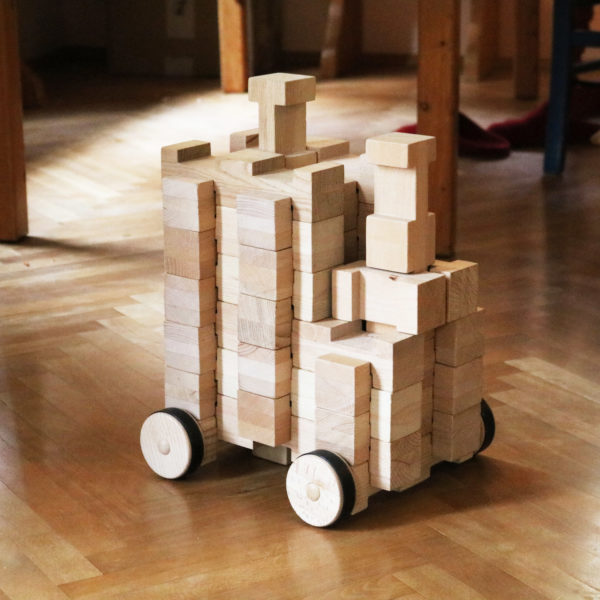 Große Lok aus 4/4 Holzbausteinen und 4/4 2er Rädern für Kindergartenkinder
