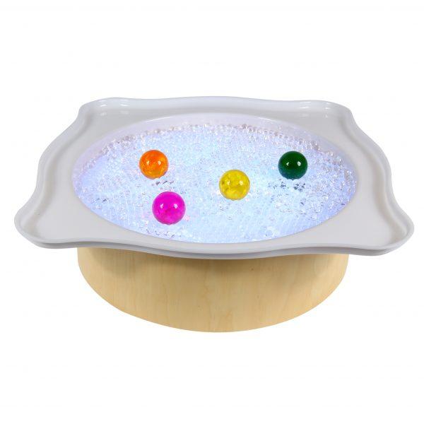 Wunderperlen und große bunte Acrylglaskugeln im Wannenaufsatz auf der Leuchttonne