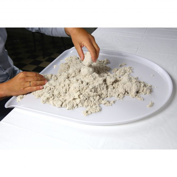 Foto: Spielen mit Sand auf Tischaufsatz