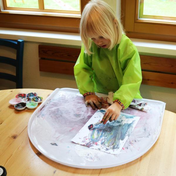 Foto: Kindmalt mit Fingerfarben auf Tischaufsatz