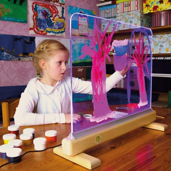 Foto: Kind malt auf der Lichtstaffelei