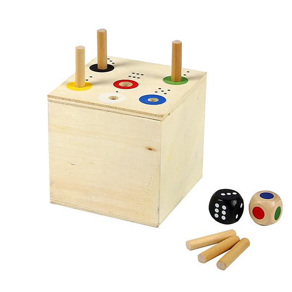 """Foto: Spiel """"Ab in die Box"""". Holzbox mit 6 Öffnungen, 6 Holzstäbchen, 1 Punktewürfel und 1 Farbwürfel"""