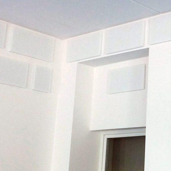 an der Wand aufgeklebte Akustikplatten