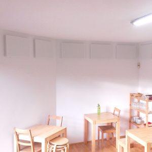 Akustikplatten an der Wand eines Gruppenraumes
