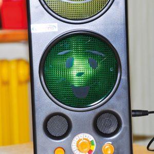 grünes Licht der Lärmampel mit Smiley