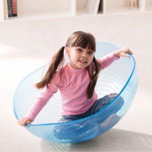 Foto: Kind sitzt in der transparenten Therapiehalbkugel