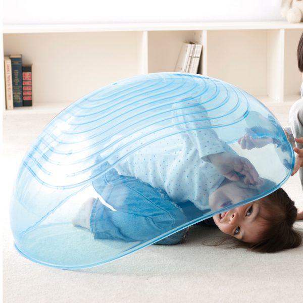 Foto: Kind versteckt sich unter transparenter Therapiehalbkugel