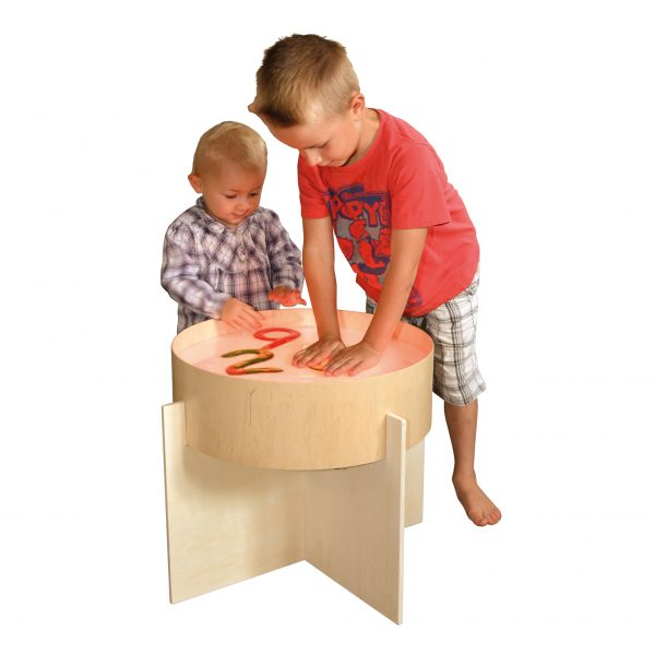 Foto: 2 Kinder spielen mit transparenten Buchstaben auf Leuchttonne