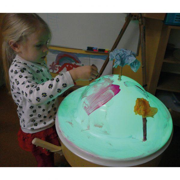 Foto: Kind malt auf Faszinationsdom auf Leuchttonne