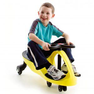 Foto: Kind auf gelbem Lenkrutscher