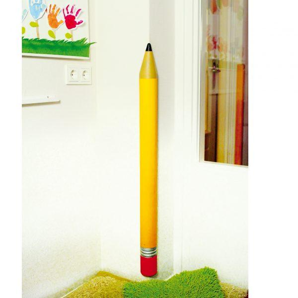 Kantenschutzbleistift an der Wand eines Kindergartens