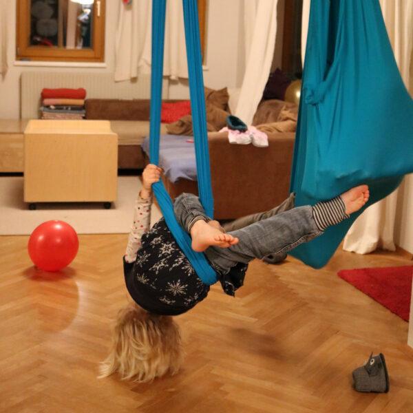 Kinder turnen und schaukeln indoor im Erlebnistuch