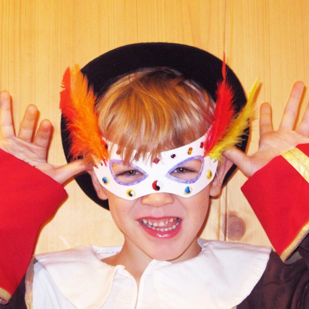 Foto: Kind mit Maske