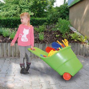 Mädchen mit Spielzeugwagen