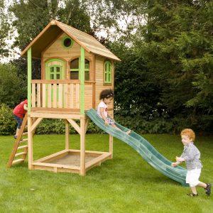Foto: Kinder spielen mit dem Kinderspielhaus mini aus Holz