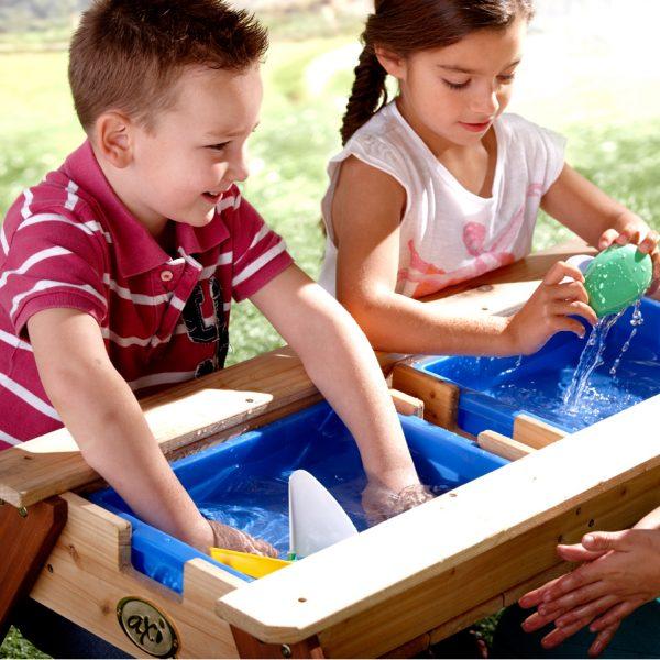 Foto: Kinder spielen mit Wasser am Kinder-Picknick- und Matschtisch