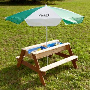 Foto: Kinder-Picknick- und Matschtisch aus Holz mit zwei Kunststoffwannen und Sonnenschirm