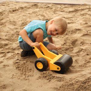 Foto: Kind spielt mit Handwalze in der Sandkiste