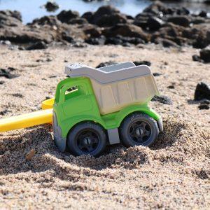 Foto: Grüner Kinder-Sandlaster im Sand