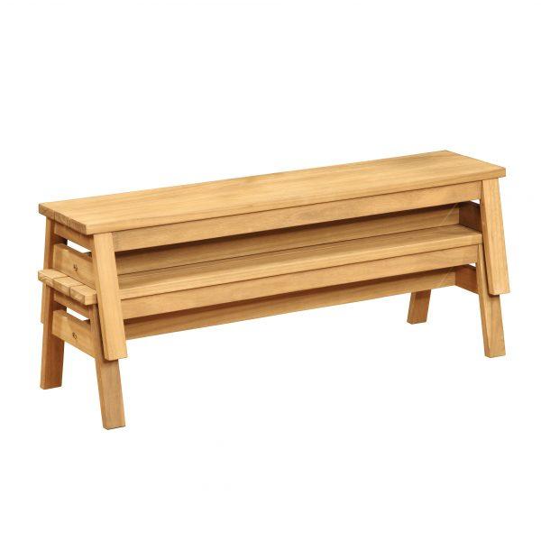 Foto: Holzbänke für Kinder aus massivholz platzsparend gestapelt