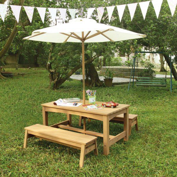Foto: Holztisch und Bänke für Kinder