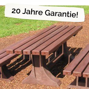 """Foto: Kindertisch aus recycling-Kunststoff neben dem Schriftzug """"20 Jahre Garantie"""""""