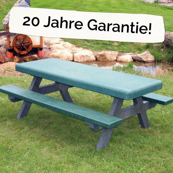 """Foto: Kinder-Picknicktisch aus recycling-Kunststoff neben dem Schriftzug """"20 Jahre Garantie"""""""