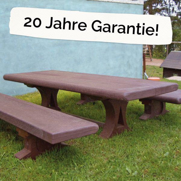 """Foto: Kinderbank und -tisch aus recycling-Kunststoff neben dem Schriftzug """"20 Jahre Garantie"""""""