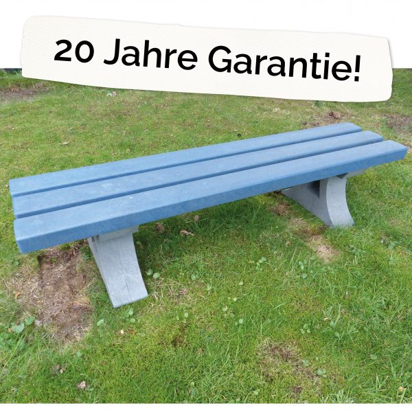 "Foto: Kinderbank aus recycling-Kunststoff neben dem Schriftzug ""20 Jahre Garantie"""
