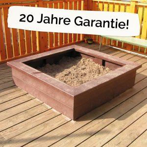 """Foto: Sandkiste aus recycling-Kunststoff neben dem Schriftzug """"20 Jahre Garantie!"""""""