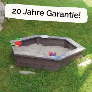 """Foto: sechseckige Sandkiste aus recycling-Kunststoff neben dem Schriftzug """"20 Jahre Garantie!"""""""