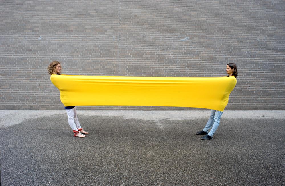 Foto: zwei Frauen lehnen sich in ein gespanntes Erlebnistuch
