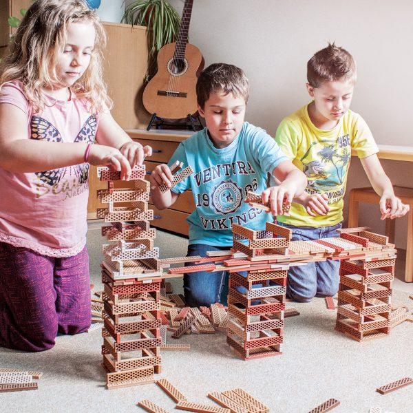 Foto: Kinder bauen Brücke mit Bioblo Öko-Bausteinen