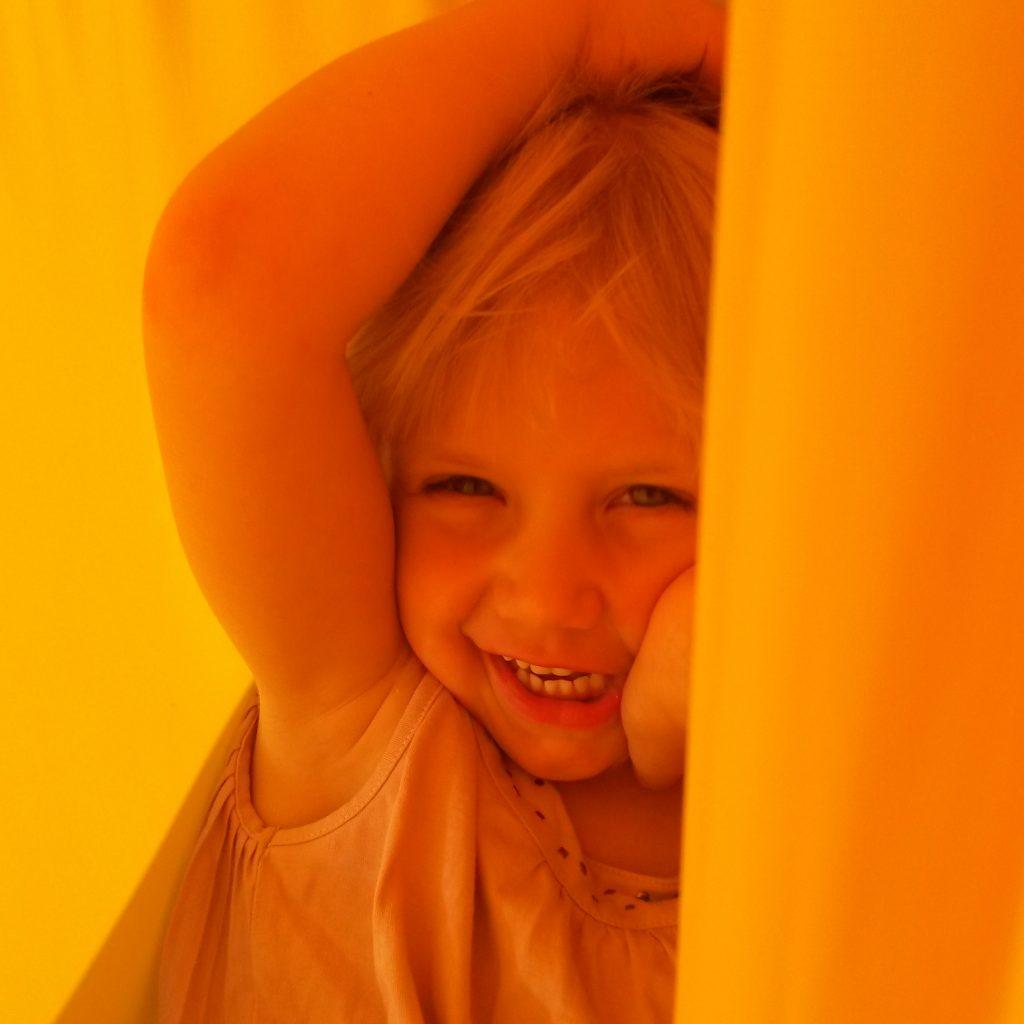 Foto: Kind entspannt in gelbem Erlebnistuch