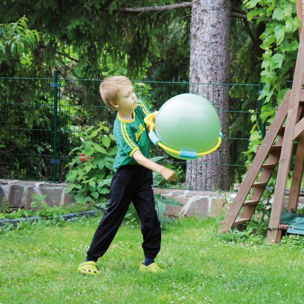 Foto: Kind spielt mit dem Hau Hi Ballspiel