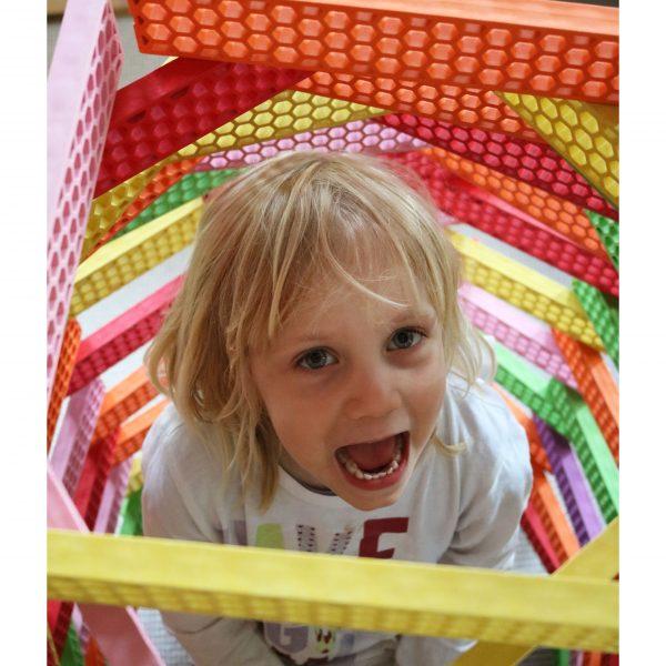 Foto: Kind sitzt in Turm aus Bioblo Jumbo Bausteinen