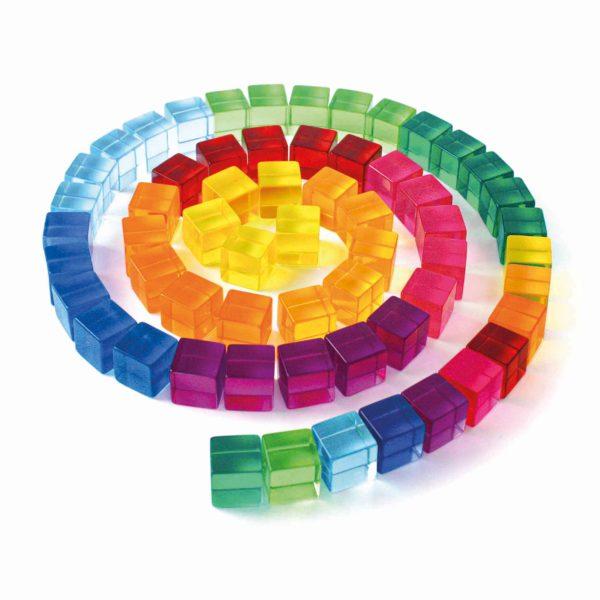 Eine Spirale in Regenbogenfarben aus den Lichtbauwürfeln von Bauspiel