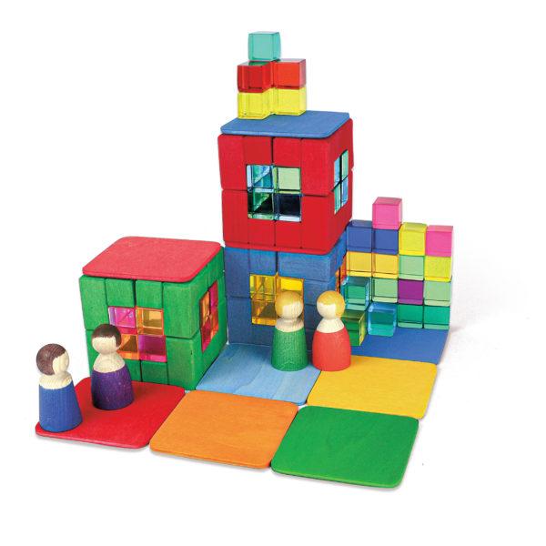 Bauwerk aus Bauklötzen für Kinder: Holzbauplatten und Acrylbauwürfel