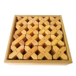 X-förmige Holzbausteine im Holzkasten