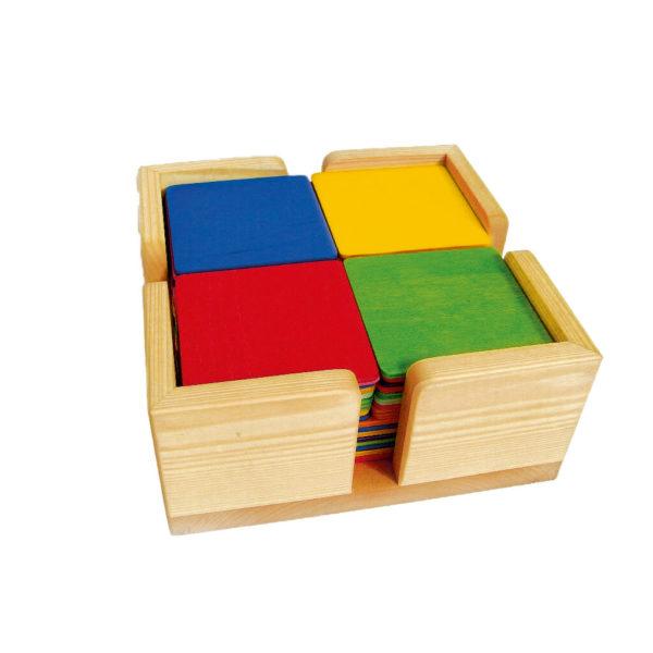 Bauplatten in Regenbogenfarben in Holzkasten