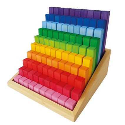 Bautreppe in Regenbogenfarben aus Holz