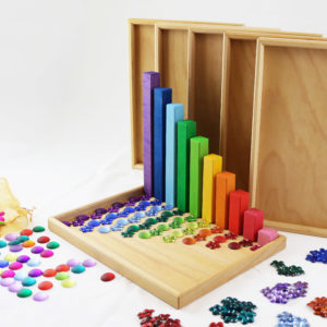 Die 10 verschiedenen Bausteine der Bautreppe der Größe nach aufgestellt mit der passenden Anzahl Funkelsteinen auf einem Legetablett